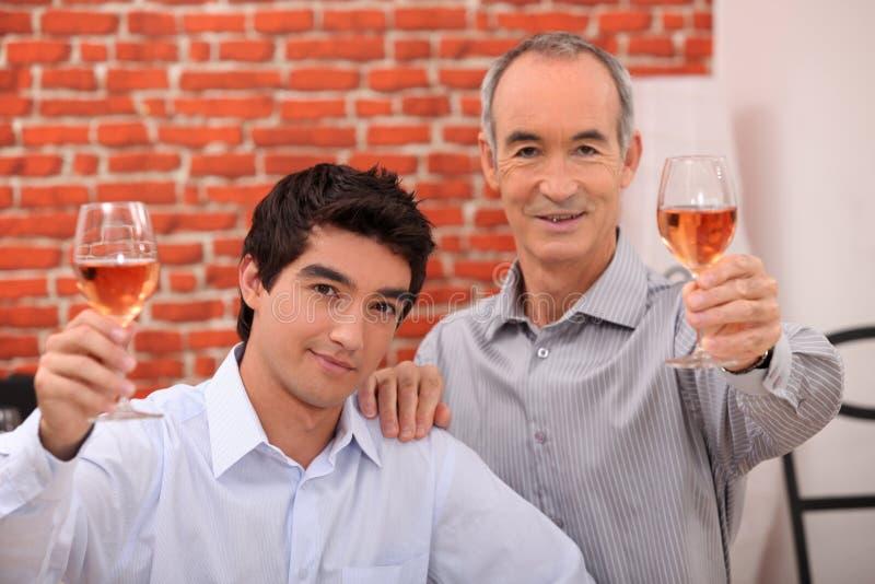 Beber de dois homens aumentou fotografia de stock