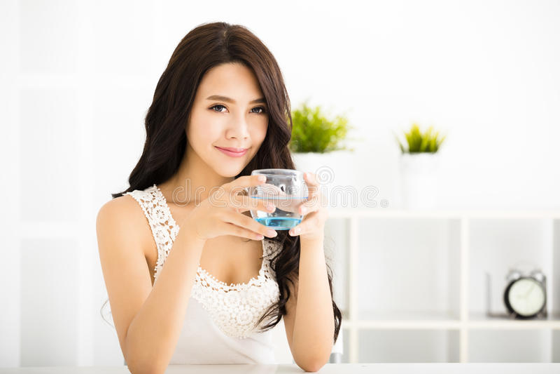 Beber de sorriso novo relaxado da mulher fotos de stock royalty free