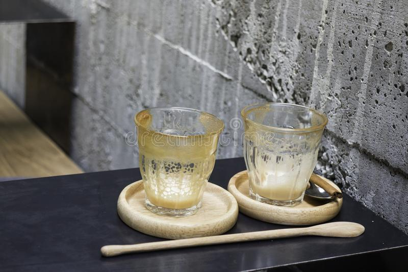 Bebida acabada del café del latte en el platillo de madera foto de archivo libre de regalías