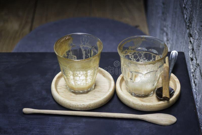 Bebida acabada del café del latte en el platillo de madera fotos de archivo