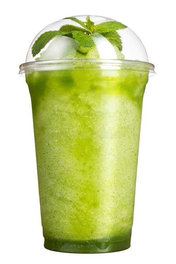 Bebida afastada Bebida de refrescamento em um copo plástico Batidos verdes com gosto do quivi e da hortelã foto de stock royalty free