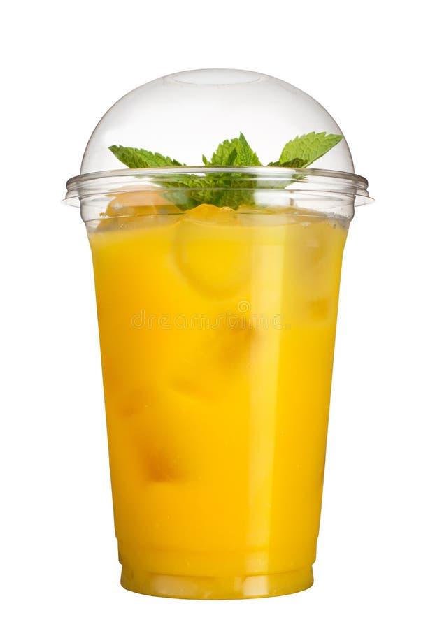 Bebida afastada Bebida de refrescamento em um copo plástico Suco de abacaxi com cubos e hortelã de gelo imagem de stock