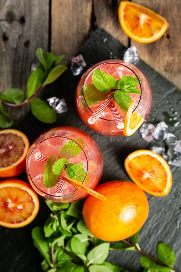 Bebida alaranjada ensanguentado e ingredientes foto de stock royalty free