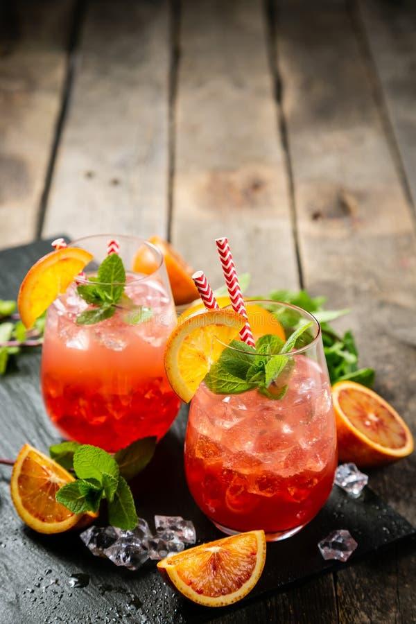 Bebida alaranjada ensanguentado e ingredientes fotografia de stock