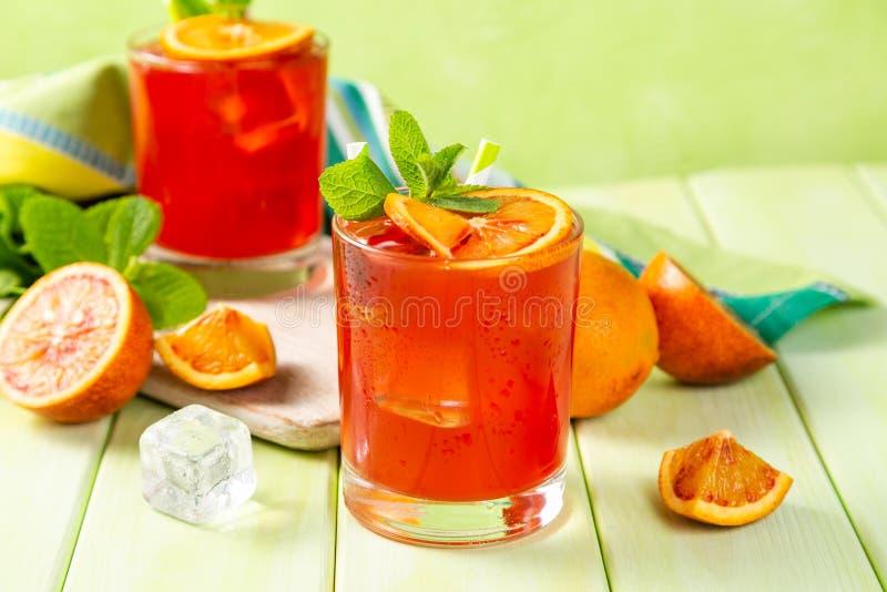 Bebida alaranjada ensanguentado e ingredientes imagens de stock