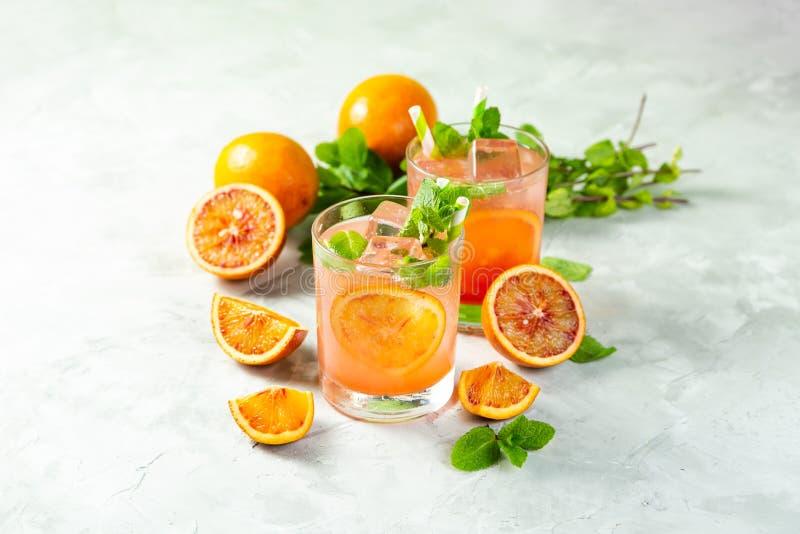 Bebida alaranjada ensanguentado e ingredientes foto de stock