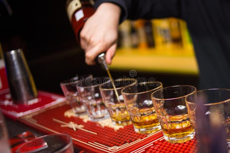 A bebida alcoólica é derrama imagens de stock
