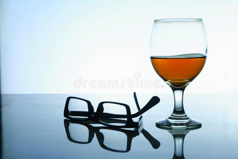 Bebida alcoólica e um par de monóculos imagens de stock royalty free