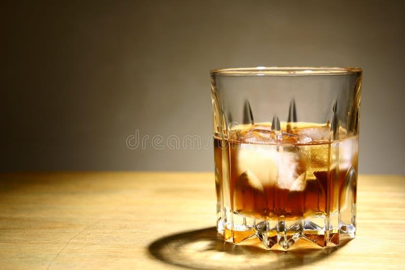 Bebida alcoólica em um vidro com gelo fotografia de stock