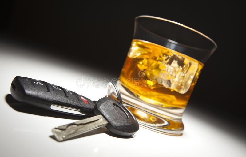 Bebida alcohólica, clave del coche y telecontrol imagen de archivo libre de regalías