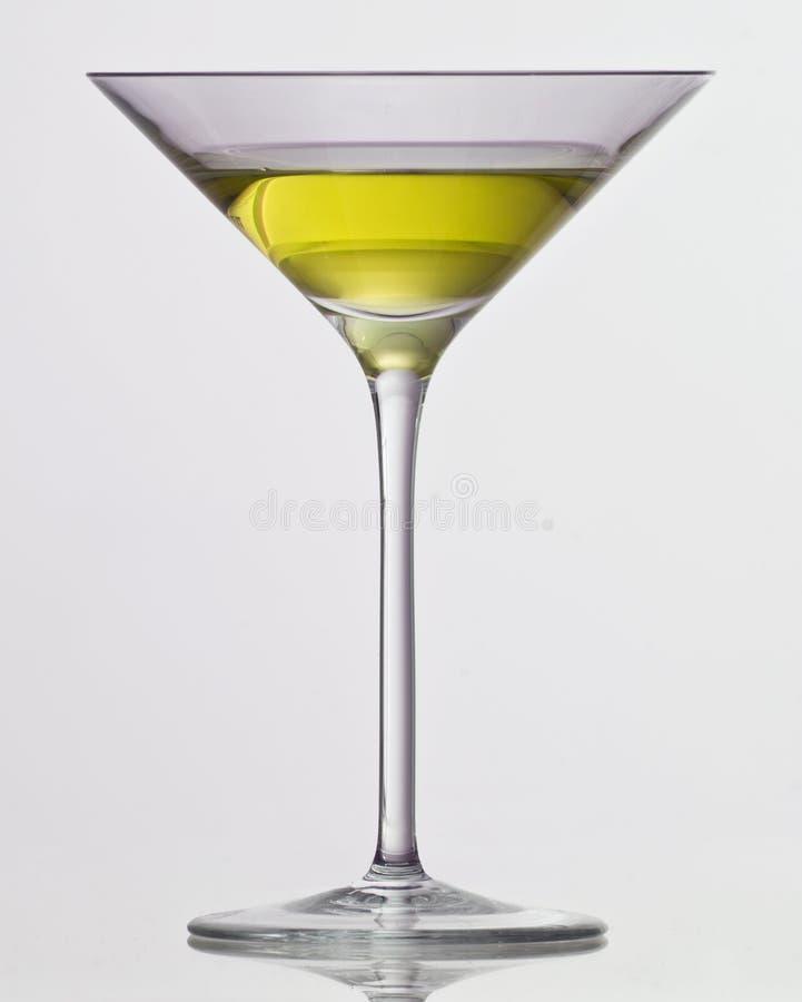 Bebida amarela no vidro de cocktail fotografia de stock