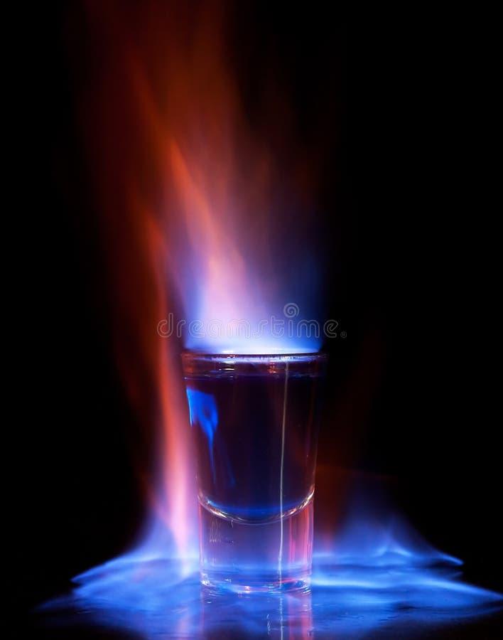Bebida ardente no vidro de tiro imagem de stock royalty free