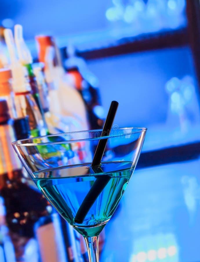 Bebida azul do cocktail em uma tabela da barra foto de stock