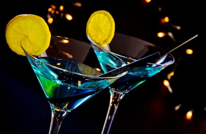 Bebida azul en una tabla de la barra del disco, atmósfera del cóctel del club fotografía de archivo