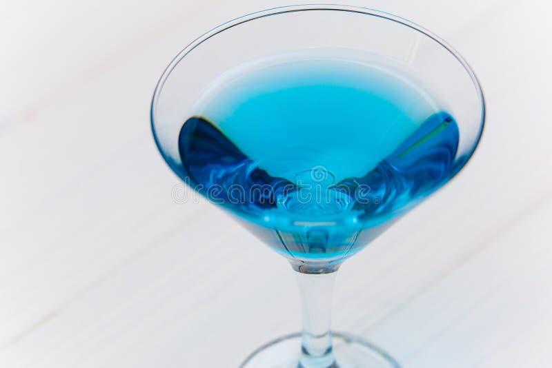 Bebida azul no close-up transparente do vidro do coctail imagens de stock