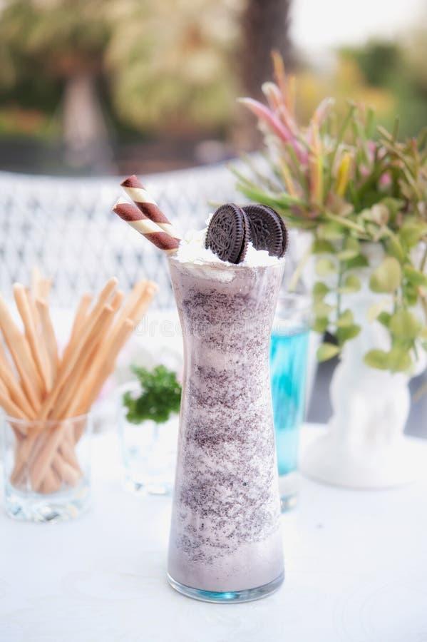 Bebida branca congelada do batido do chocolate fotografia de stock