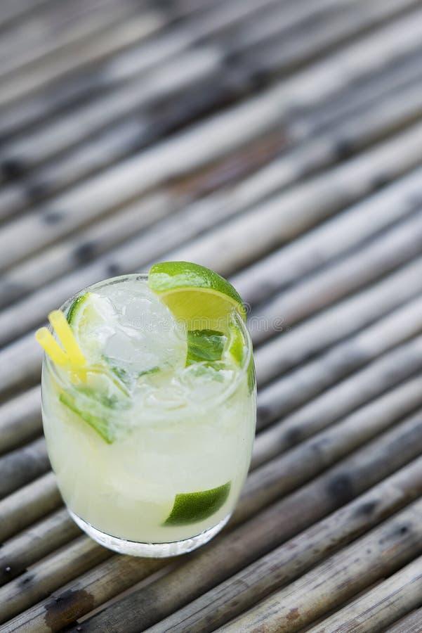 Bebida brasileira do cocktail do rum e do cal de Caipirinha imagem de stock