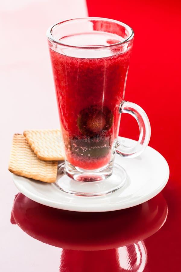 Bebida caliente con el ciruelo foto de archivo
