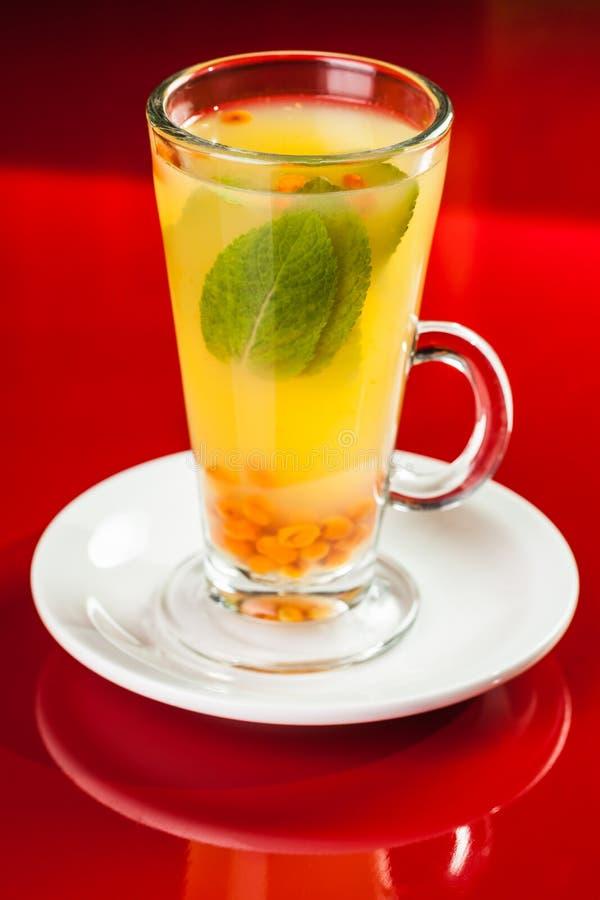 Bebida caliente con la menta y el mar-espino cerval imagen de archivo libre de regalías