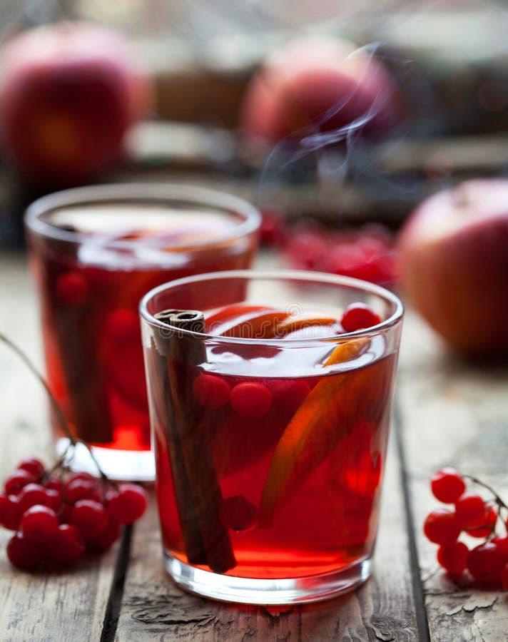 Bebida caliente del invierno La Navidad reflexionó sobre el vino o la sangría con los palillos de canela, las naranjas, la manzan fotos de archivo libres de regalías