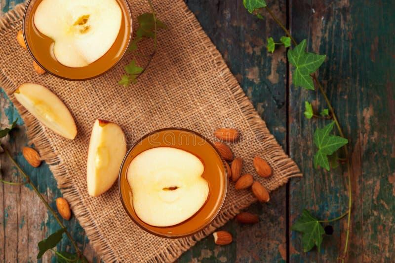 Bebida caliente del té de la manzana con el palillo de canela Bebida caliente con la manzana imagen de archivo libre de regalías