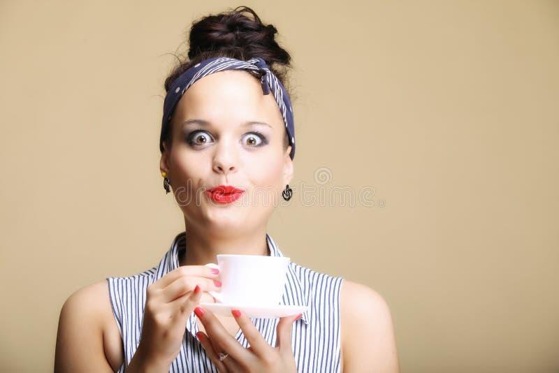 Bebida caliente. Mujer que sostiene la taza del té o de café foto de archivo