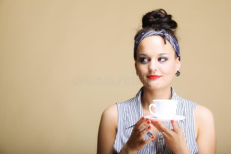 Bebida caliente. Mujer que sostiene la taza del té o de café imagenes de archivo