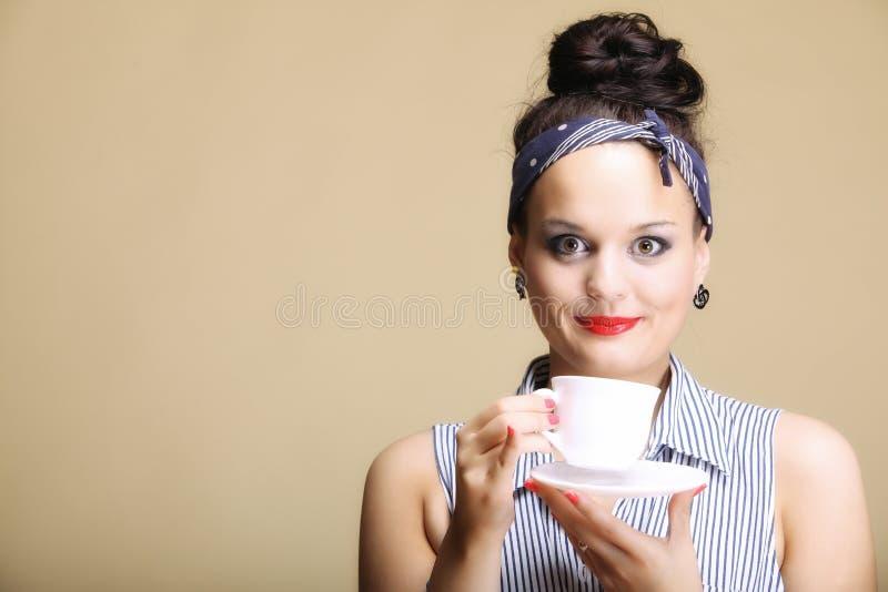Bebida caliente. Mujer que sostiene la taza del té o de café imágenes de archivo libres de regalías