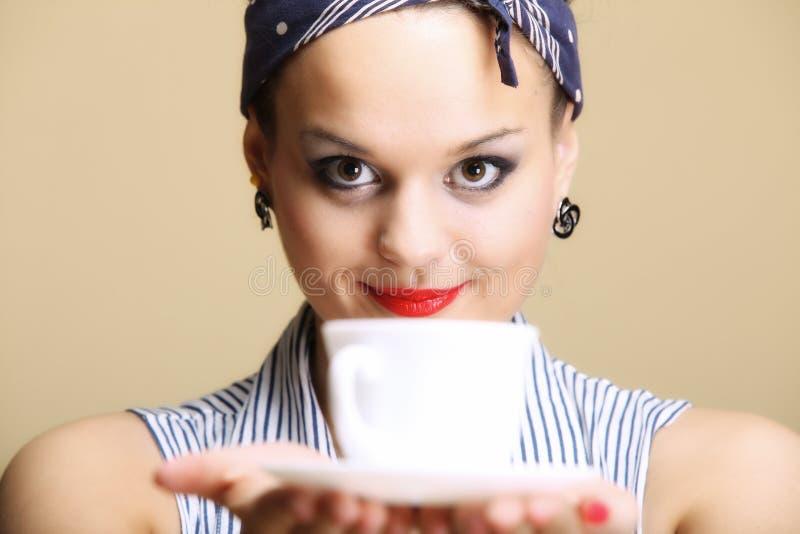 Bebida caliente. Mujer que sostiene la taza del té o de café fotos de archivo