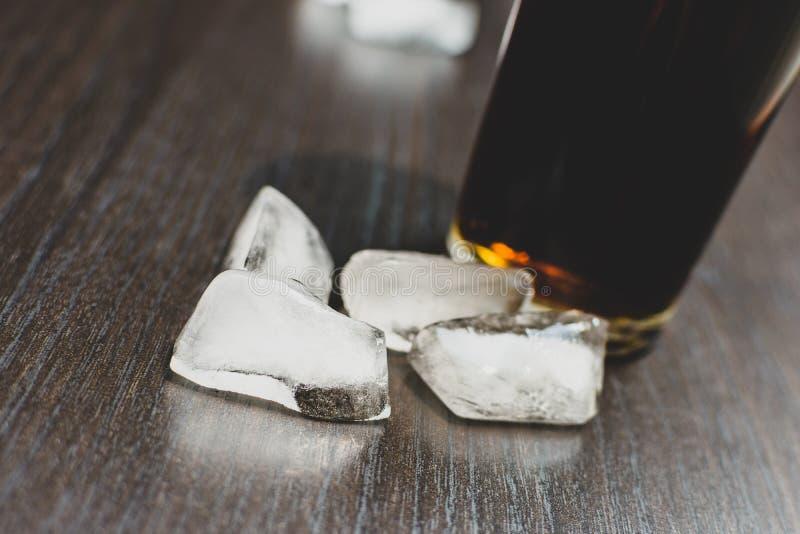Bebida carbonatada escura em um vidro com gelo foto de stock royalty free