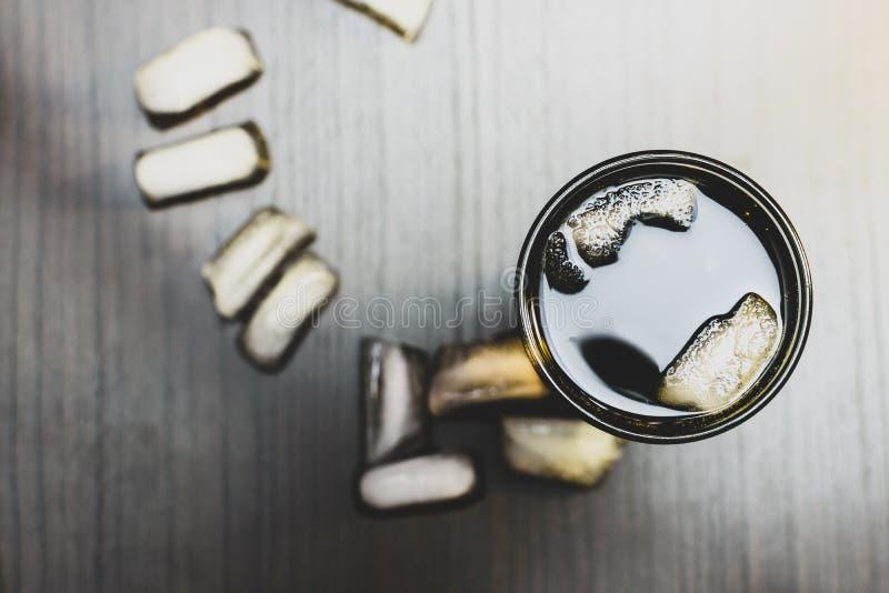 Bebida carbonatada escura em um vidro com gelo imagem de stock royalty free