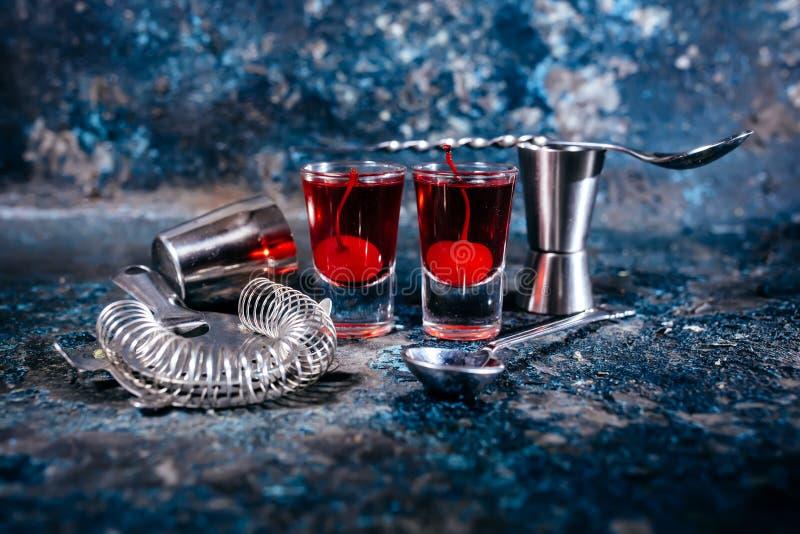 Bebida, cocktail fortes com cereja e vodca vermelha imagem de stock