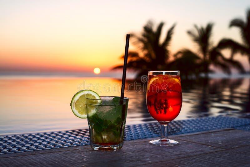 Bebida colorida dos en el piscina-lado en España fotografía de archivo libre de regalías