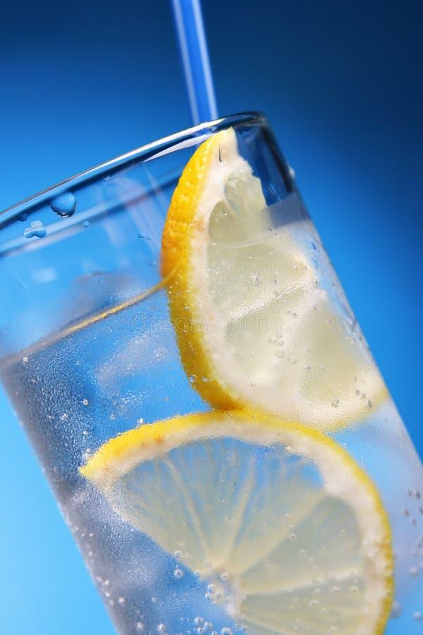 Bebida com gelo e limão foto de stock