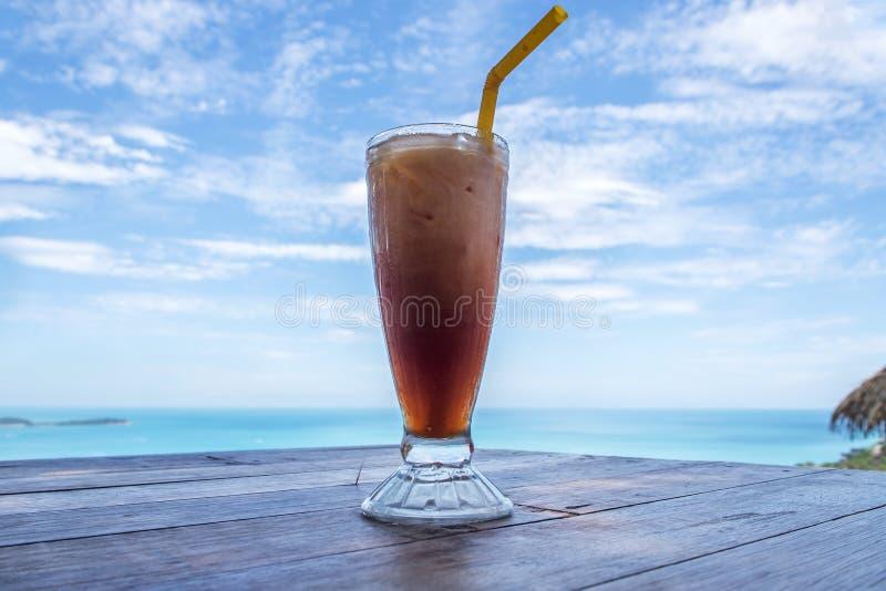 Bebida com o coffeecool gelado do cocktail do fundo da bebida do céu imagens de stock royalty free