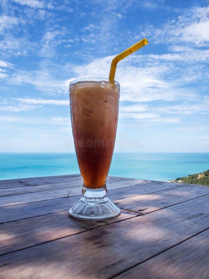 Bebida com o coffeecool gelado do cocktail do fundo da bebida do céu foto de stock