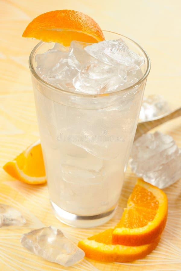 Bebida con el limón y la naranja imagen de archivo