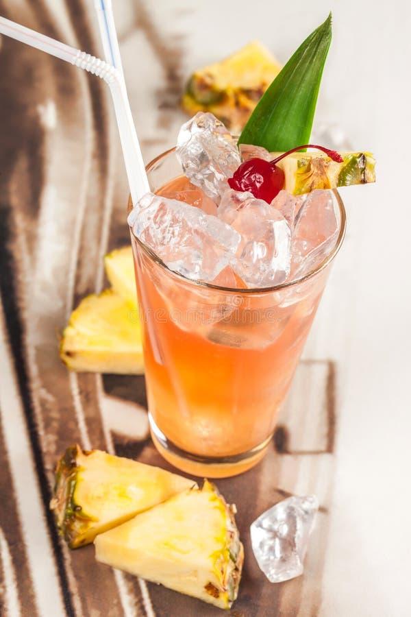 Bebida con la pera y la piña fotografía de archivo