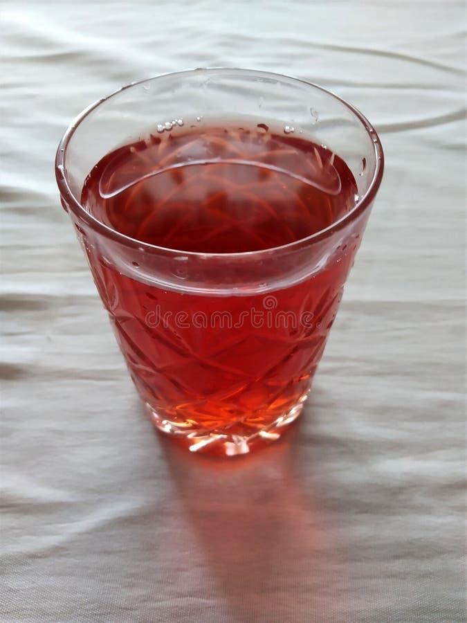 bebida con las bayas naturales de la fresa, color rojo brillante, sabroso, es útil, las vitaminas que se vierte un vidrio imágenes de archivo libres de regalías