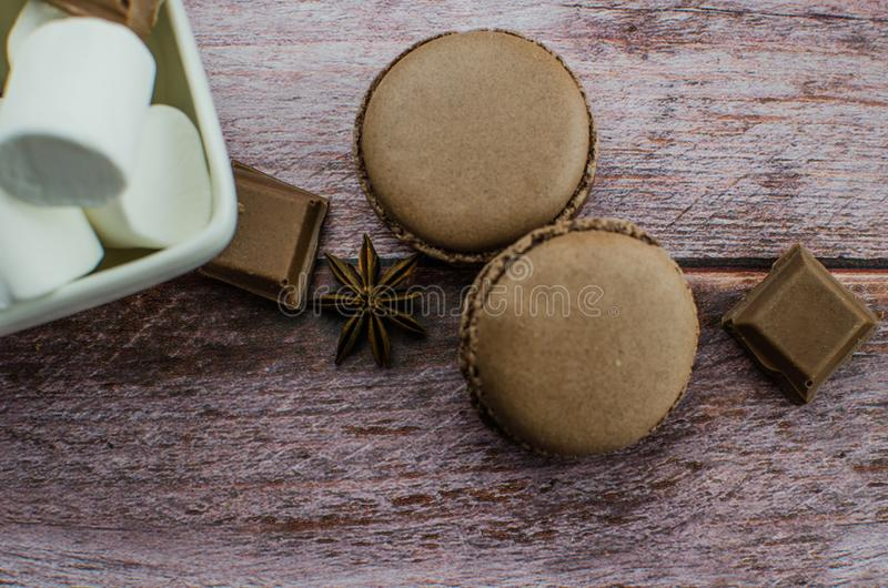 Bebida con las especias, céfiro del cacao en fondo de madera fotografía de archivo libre de regalías