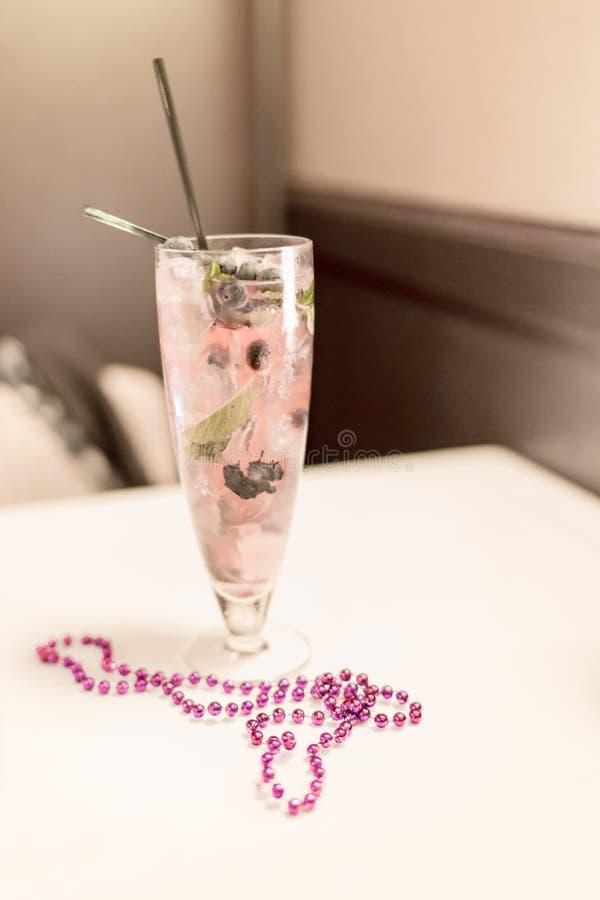 Bebida cor-de-rosa do cocktail com grânulos fotos de stock