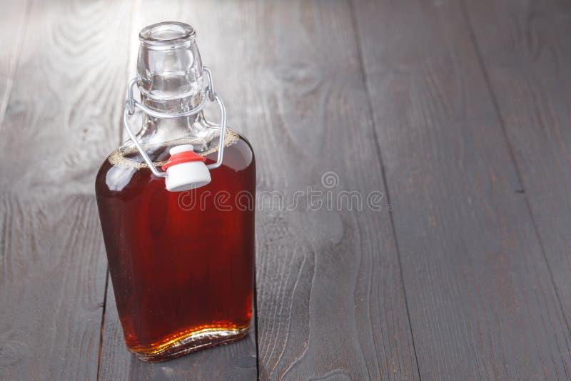 Bebida cordial do álcool caseiro na garrafa na tabela fotografia de stock