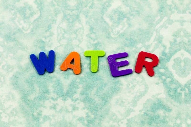 A bebida da água aprende o plástico molhado das letras das crianças do brinquedo do período foto de stock royalty free