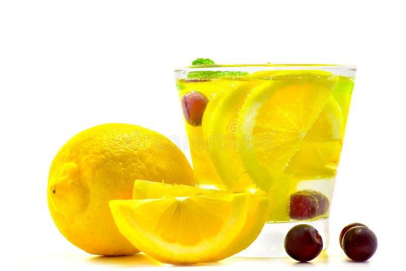 Bebida da água da desintoxicação no vidro com uva do limão imagem de stock