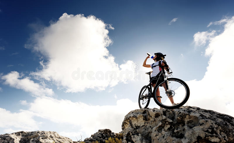 Bebida da bicicleta de montanha fotografia de stock