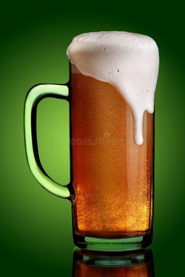 Bebida da cerveja no verde fotos de stock royalty free