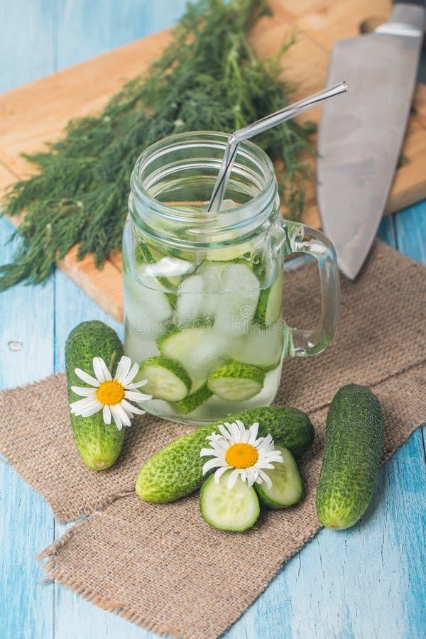 Bebida da dieta do pepino da desintoxicação imagens de stock