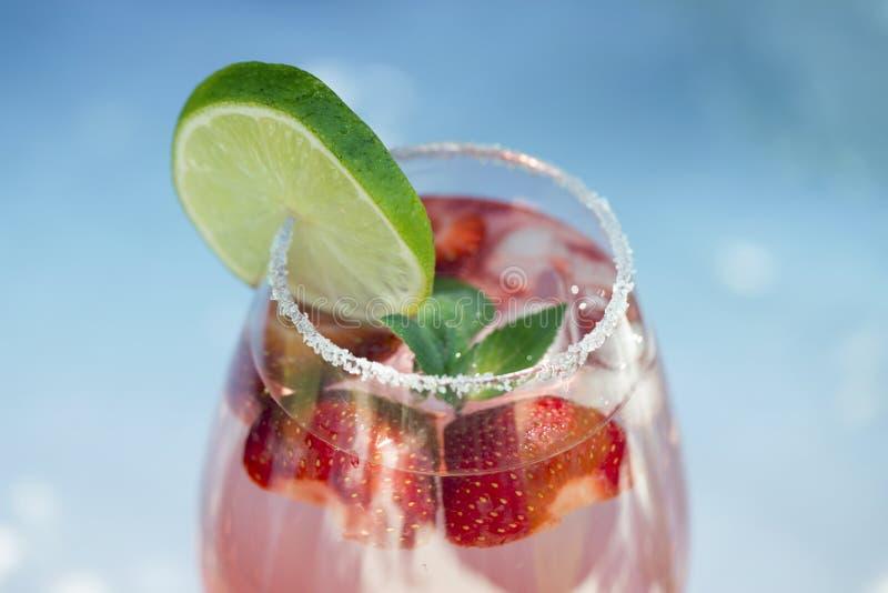 Bebida da limonada da morango, mojito de refrescamento do ver?o com morangos, cal e hortel? fotos de stock royalty free