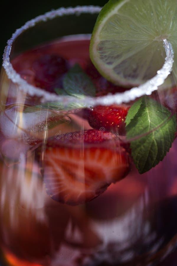 Bebida da limonada da morango, mojito de refrescamento do ver?o com morangos, cal e hortel? imagem de stock
