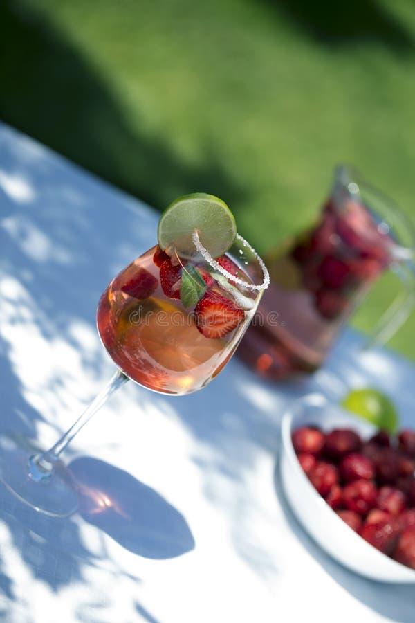 Bebida da limonada da morango, mojito de refrescamento do ver?o com morangos, cal e hortel? fotos de stock